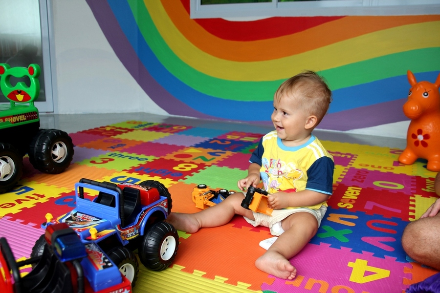 Ребенок 1 год играет с машинками