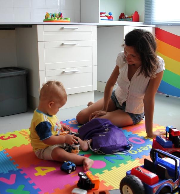 Мама играет с ребенком в машинки