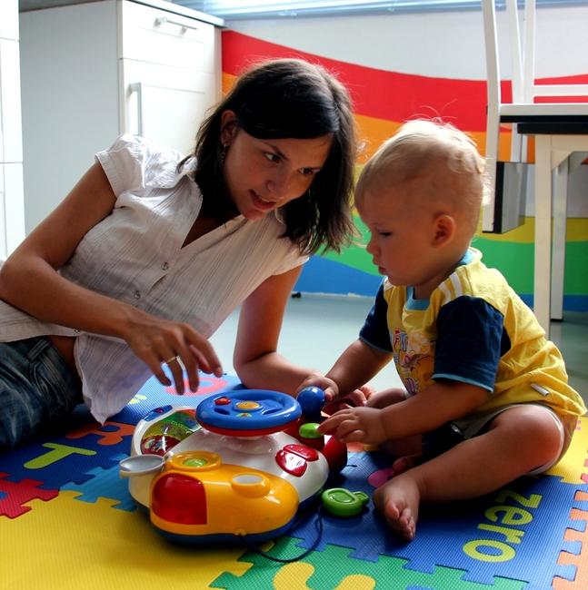 Мама играет с ребенком 1 год