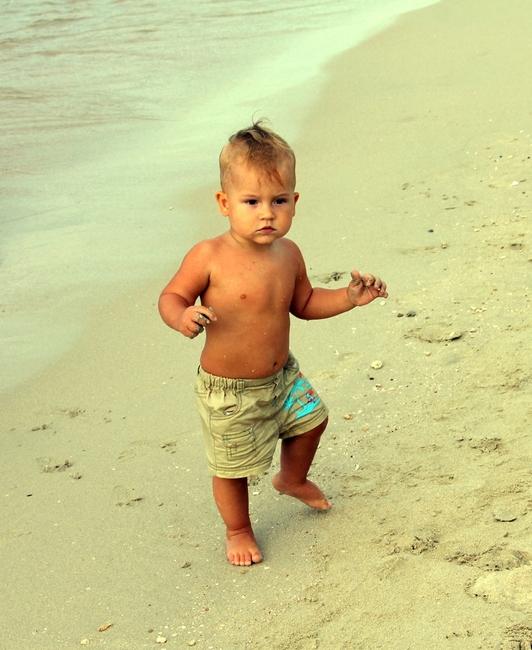 Ребенок 1 год на пляже в Тайланде