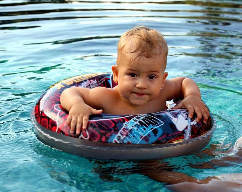 ребенок 1 год купается в круге в бассейне