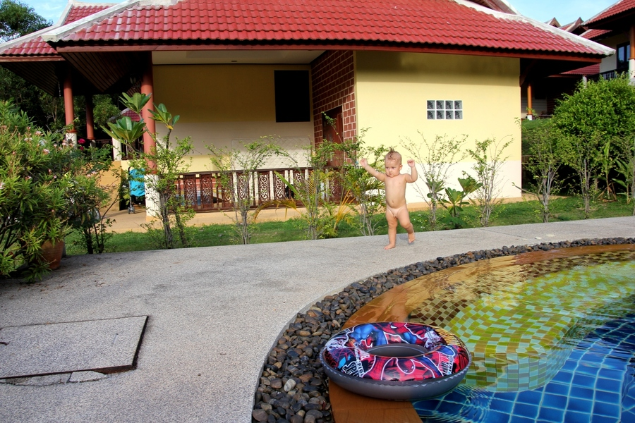 Ребенок 1 год идет около бассейна