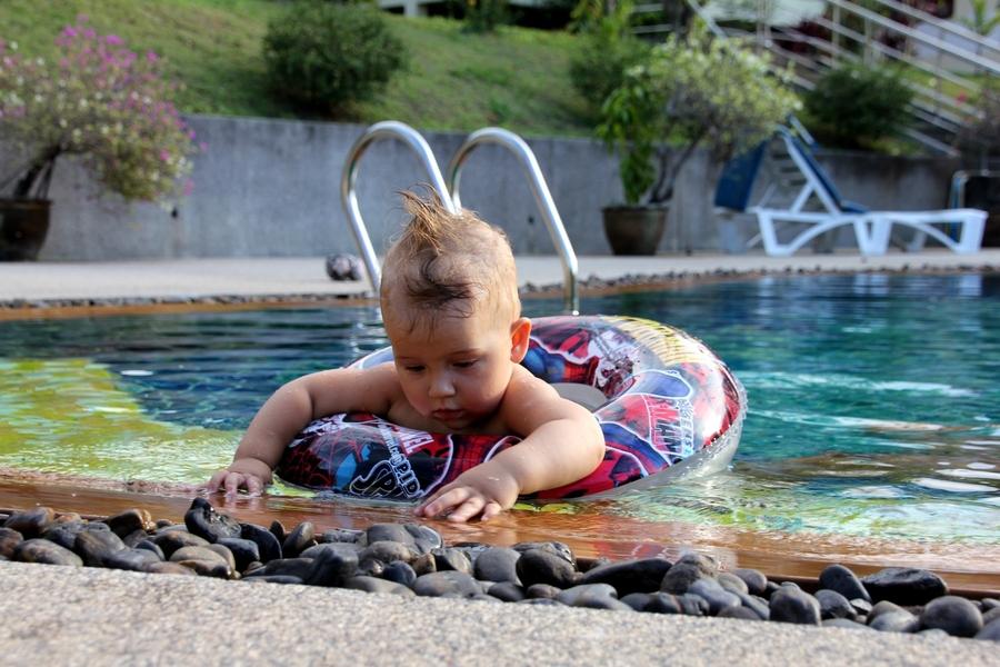Ребенок 1 год плавает в круге