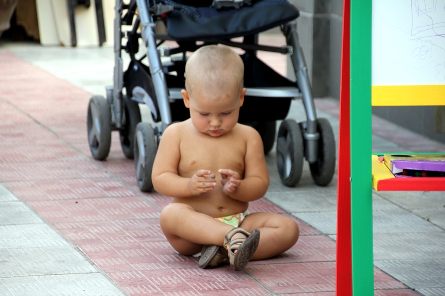 Ребенок сидит и грустит