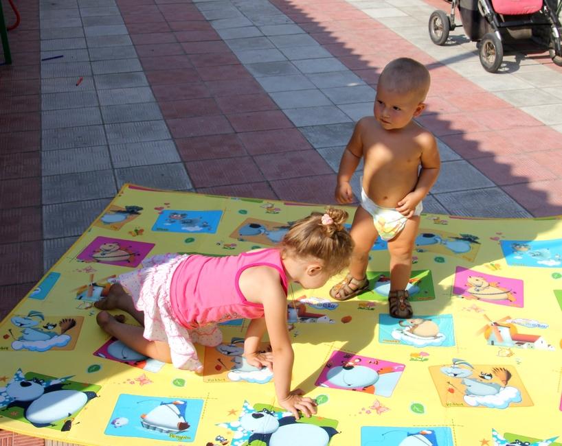 Дети играют на коврике