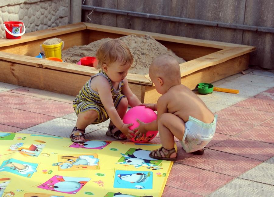Маленькие дети забирают друг у друга мяч