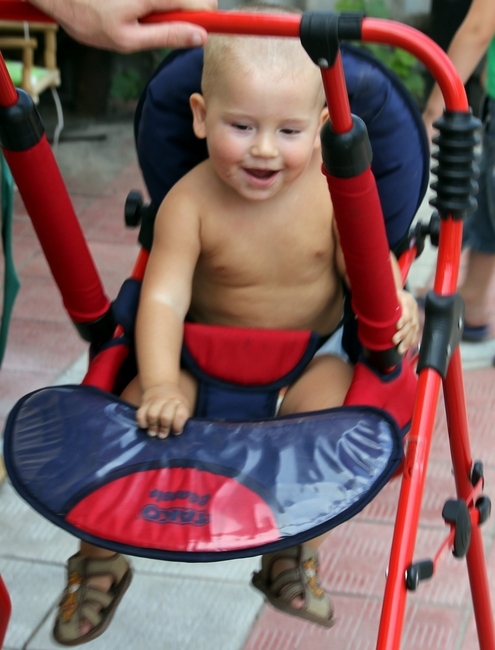 Ребенок 1 год на качелях