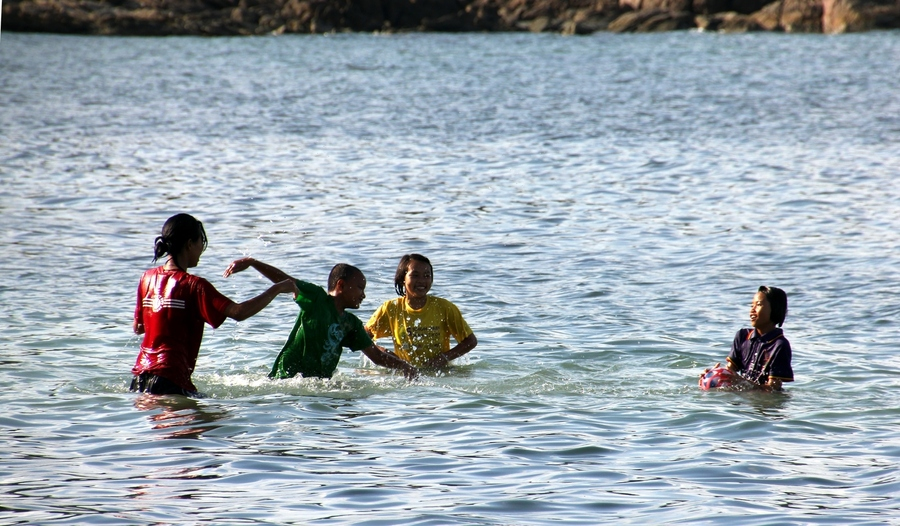 Тайцы купаются в одежде