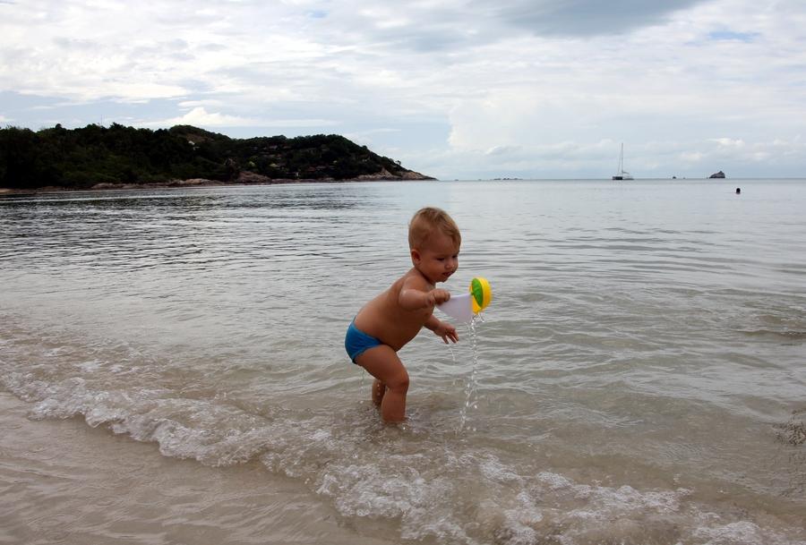 Ребенок на пляже Чоенг Мон