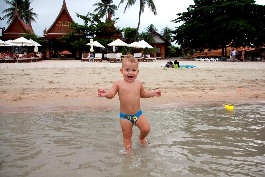 Ребенок на пляже Чоенг Мон на Самуи