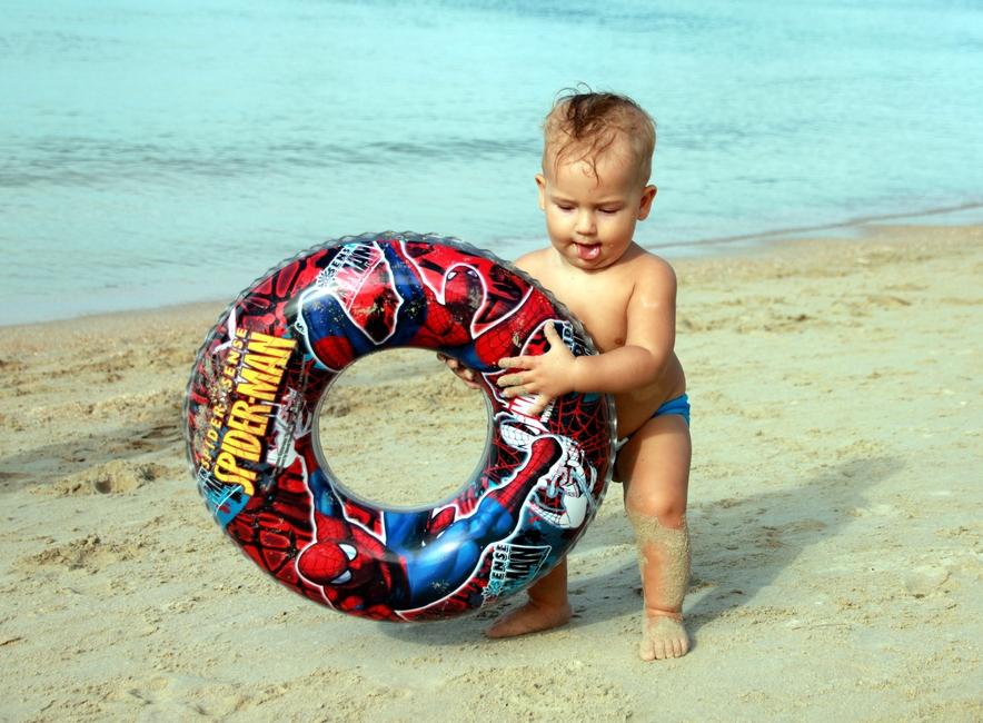 Ребенок с кругом на пляже Чоенг Мон