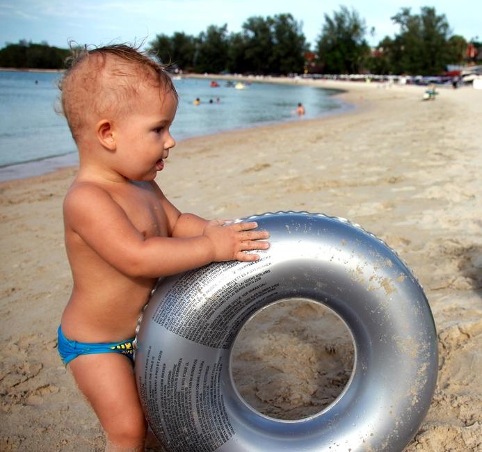 Ребенок на пляже Choeng Mon