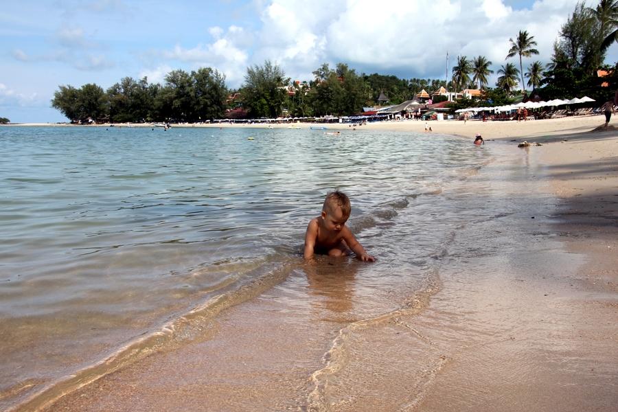 Маленький ребенок на пляже в Таиланде