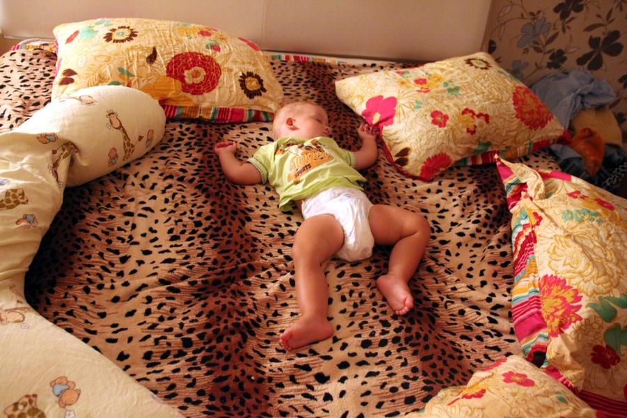 мальчик 1 год спит на кровати
