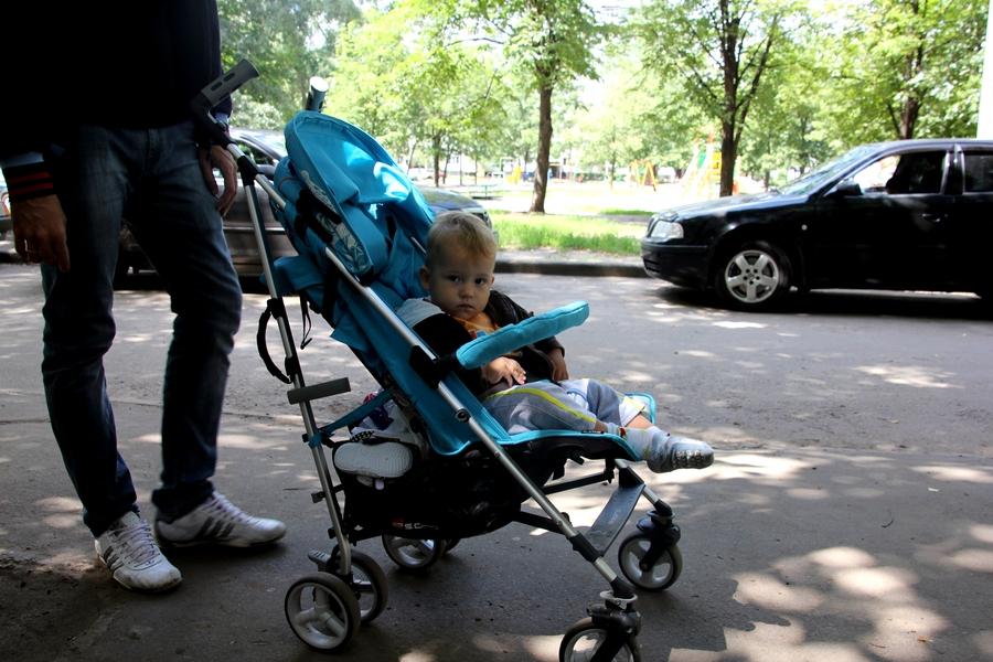 Ребенок в голубой коляске
