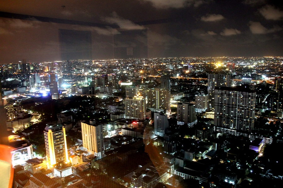 Вид на ночной Бангкок из окна отеля