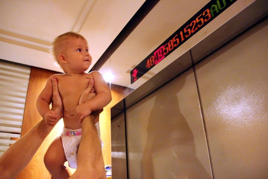 Ребенок 1 год в лифте в Baiyoke Sky Hotel