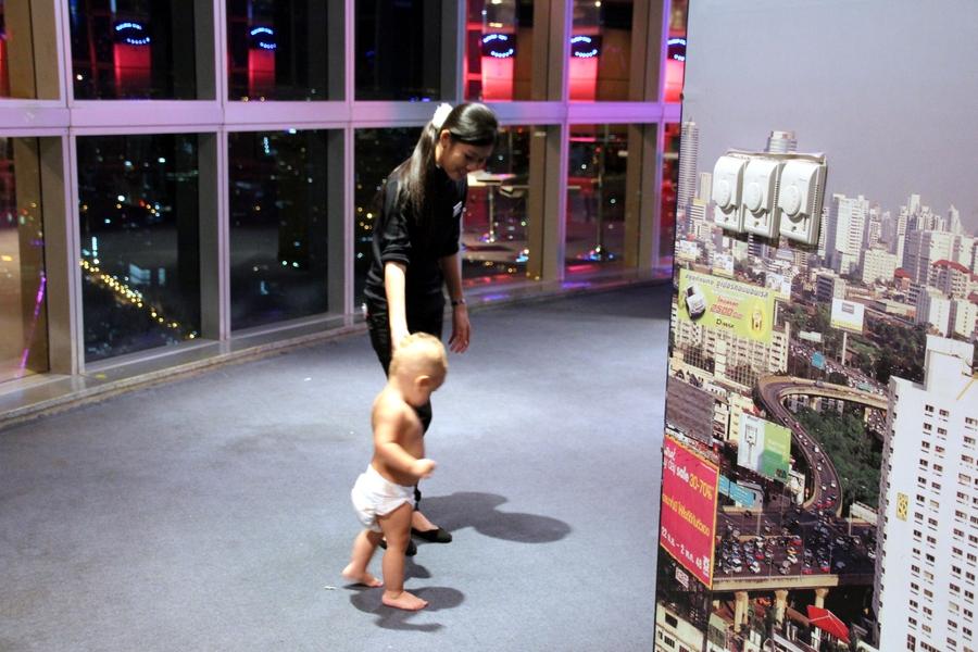 Ребенок на смотровой площадке в отеле