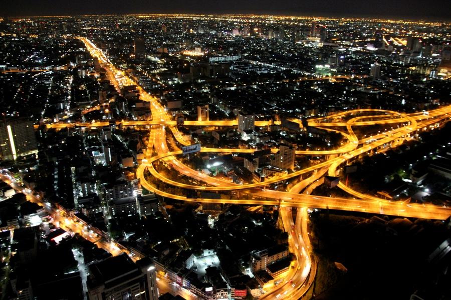 Вид на ночной Бангкок со смотровой площадки Baiyoke Sky Hotel