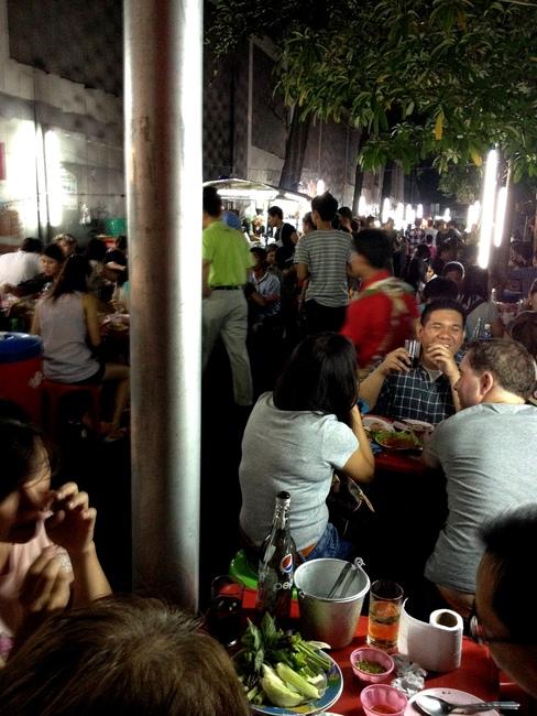 ТАйцы едят на улице