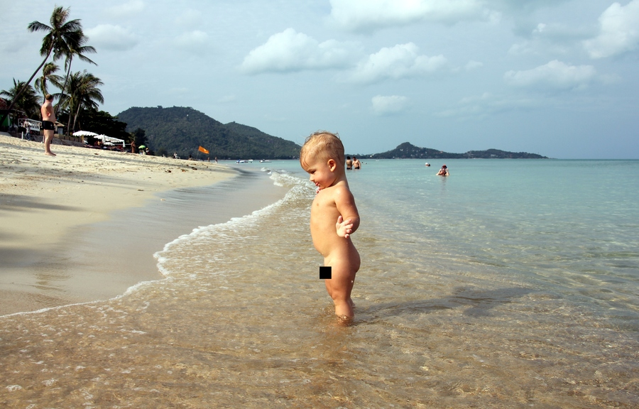Маленький мальчик на берегу моря на пляже Ламаи