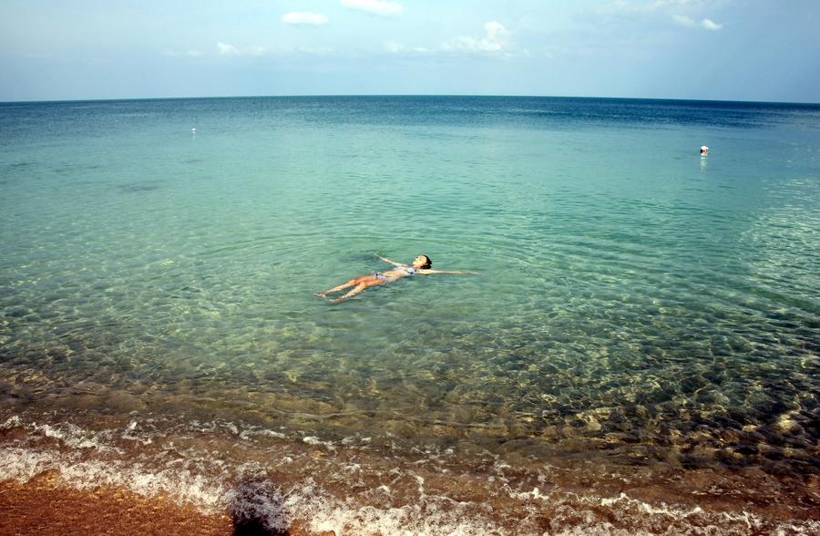 Девушка купается в море на острове Самуи
