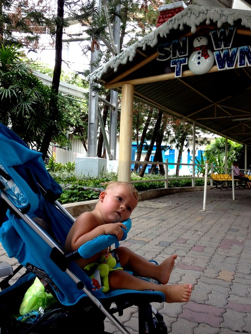 Ребенку в Бангкоке жарко и душно