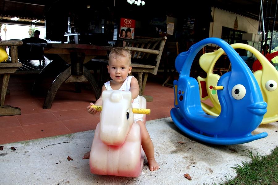 Ребенок на пластмасовой лошадке