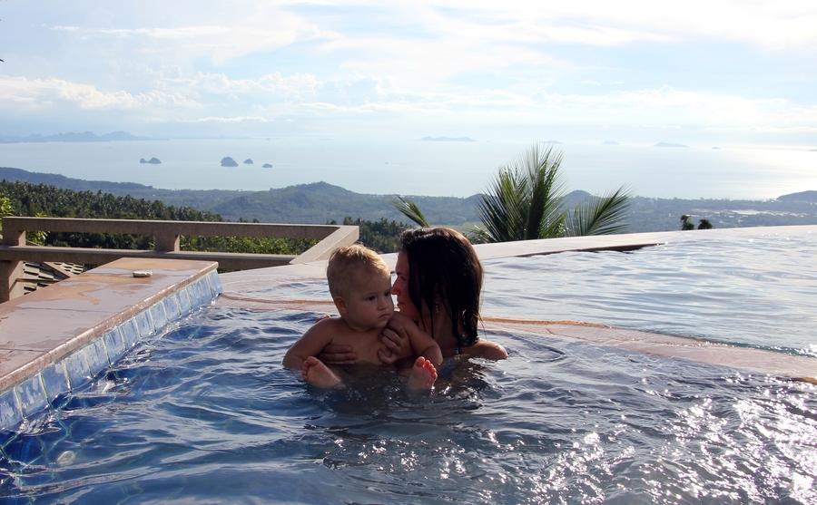Ребенок в бассейне в Paradise Park Farm