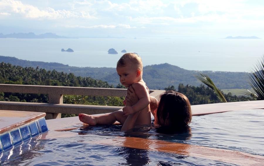 Ребенок на краю бассейна с эффектом обрыва