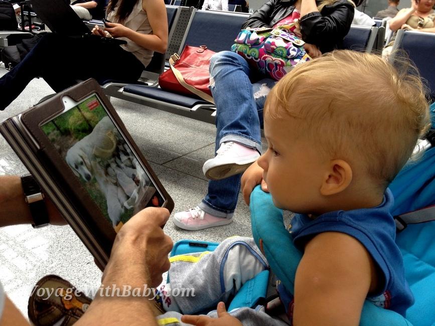 Ребенок играет в iPad в аэропорту