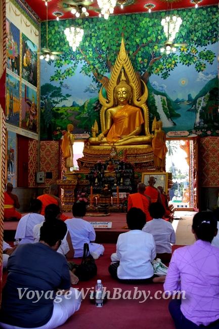 Молитва в буддистском храме на Самуи