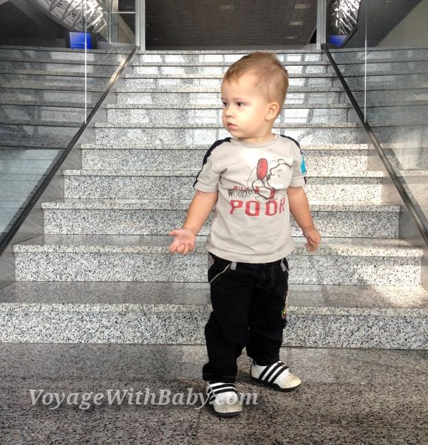 Ребенок в аэропорту Харьков