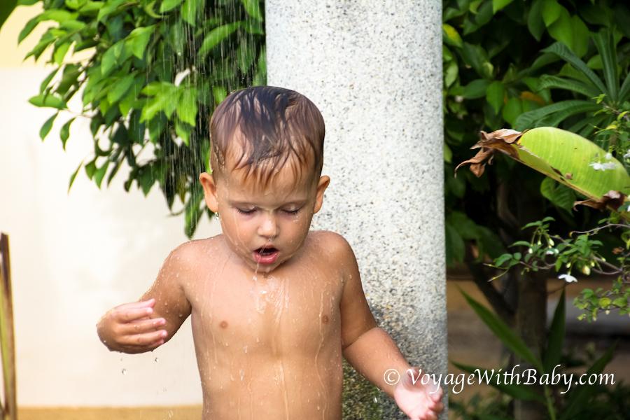 Ребенок под летним душем