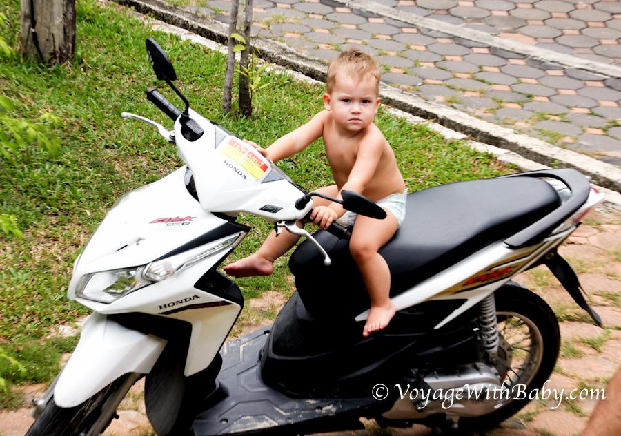 Ребенок на мотобайке в Тайланде