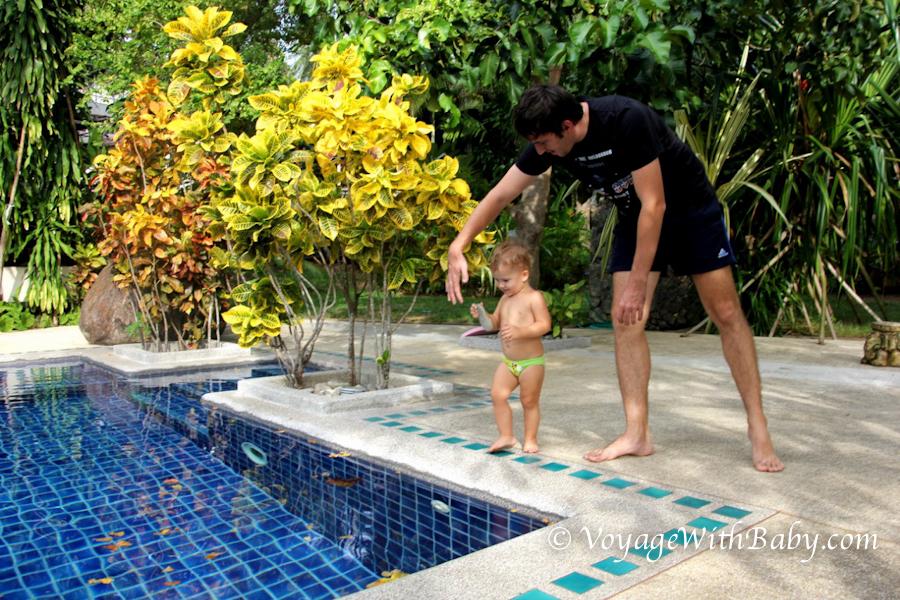Ребенок бросает камни в бассейн