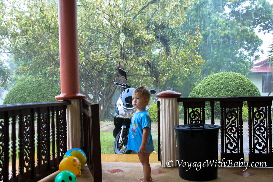 Ребенок в сезон дождей на Самуи