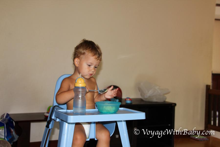 Мальчик кушает в Тайланде