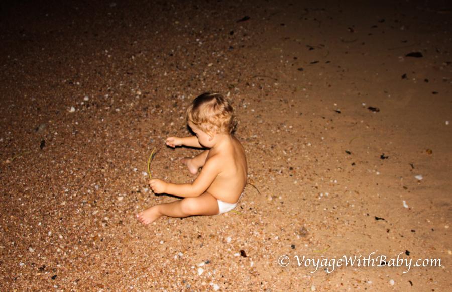 Саша играет на пляже