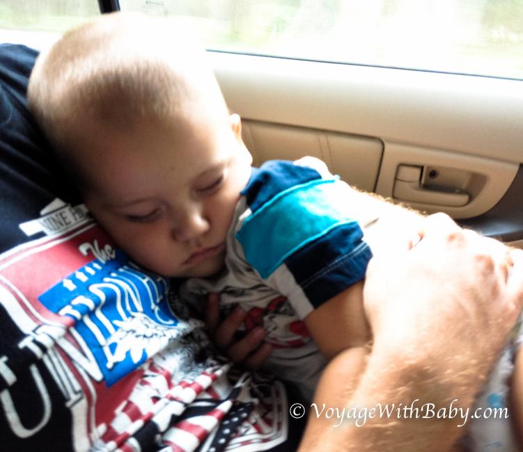 Наш малыш сладко спит на папе