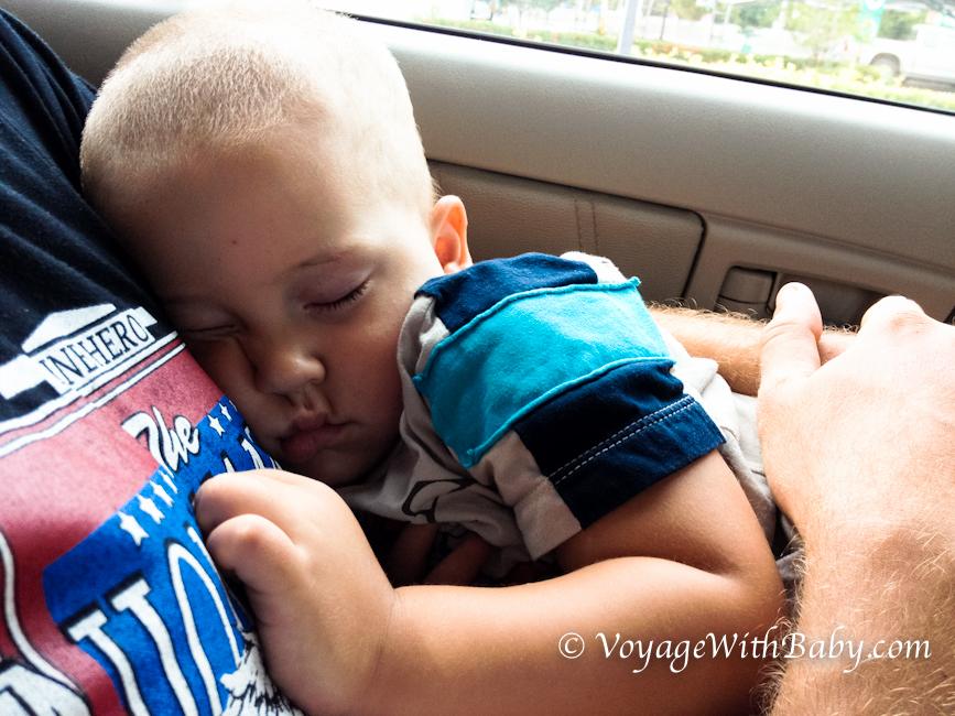 Наш малыш сладко спит на папе в машине