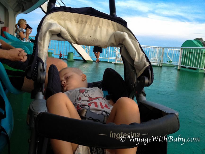 Саша спит в коляске на пароме Самуи - Дон Сак