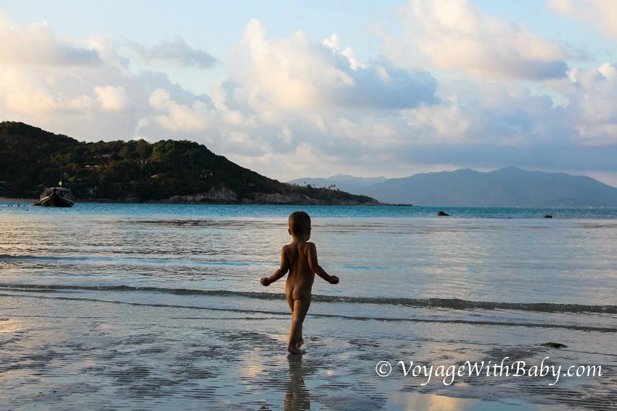 Ребенок на пляже Самуи