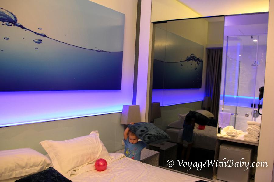 Маленький ребенок в отеле в Куала Лумпуре