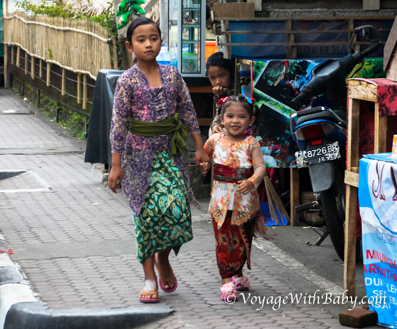 Дети на Бали в национальных костюмах