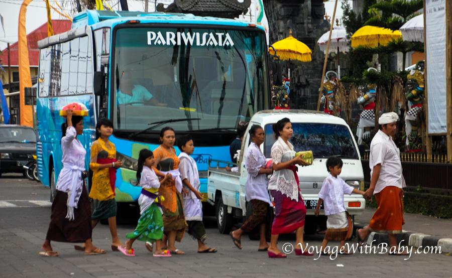 Балийцы несут подношения в храм
