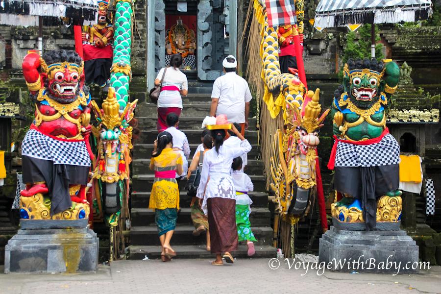 Местные несут подношения в храм на Бали