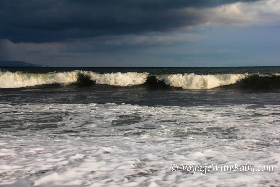 Волны на пляжах острова Бали