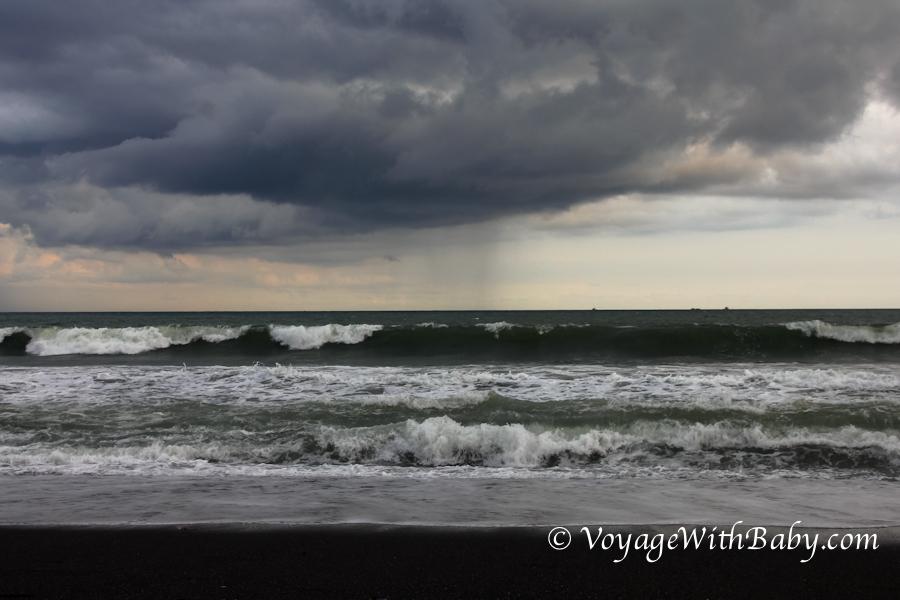 Пляж с черным песком на Бали (Кетевел)