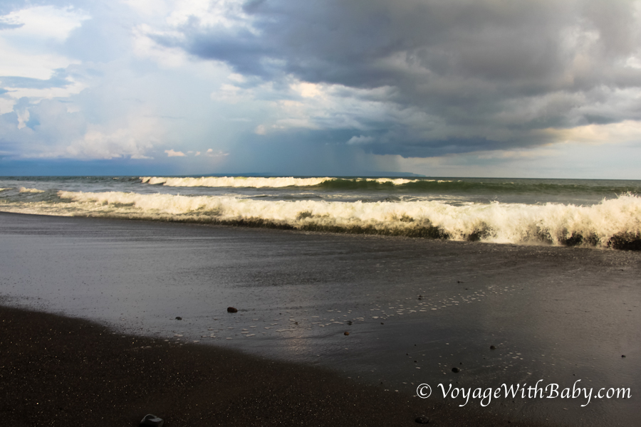 Пляж с черным вулканическим песком на Бали